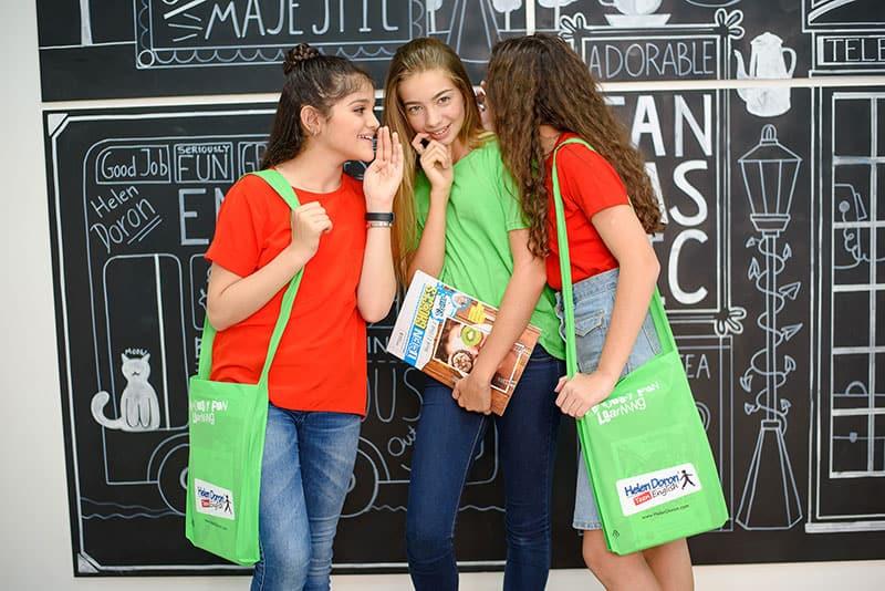 подростки разговаривают на английском языке